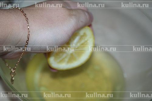 Приготовить глазурь. В охлажденные белки добавить немного лимонного сока.