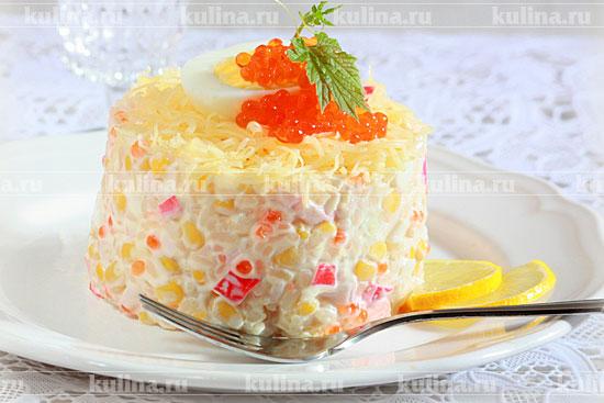 Крабовый салат с икрой и сыром