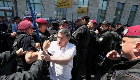 Киев: вкладчики банка «Михайловский» вступили вбой сполицией