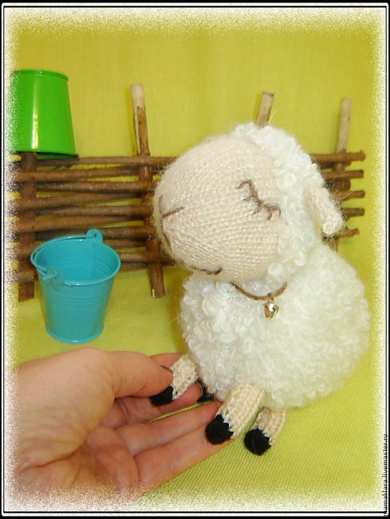 Вязание спицами: очаровательная белая овечка