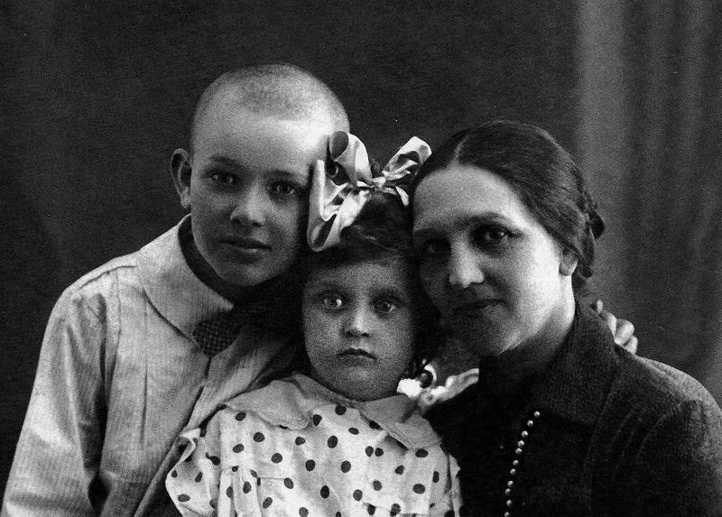 1116 Таня Пилецкая с мамой Евгенией Давыдовной и братом Володей, 1931 год.jpg