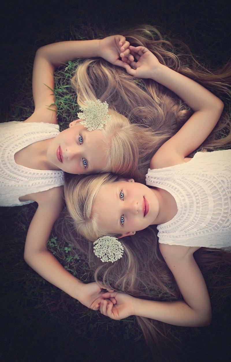 Очаровательные близнецы в фо…