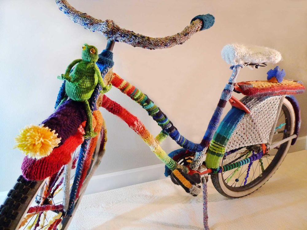 «Велосипедное» вязание: как украсить любимое средство передвижения с помощью спиц и крючка