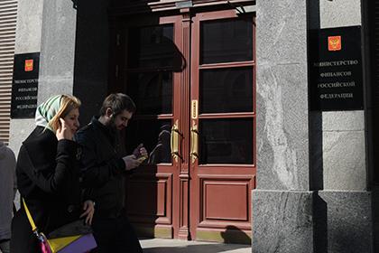 Доллару предсказали рост на пять рублей из-за действий Минфина и ЦБ