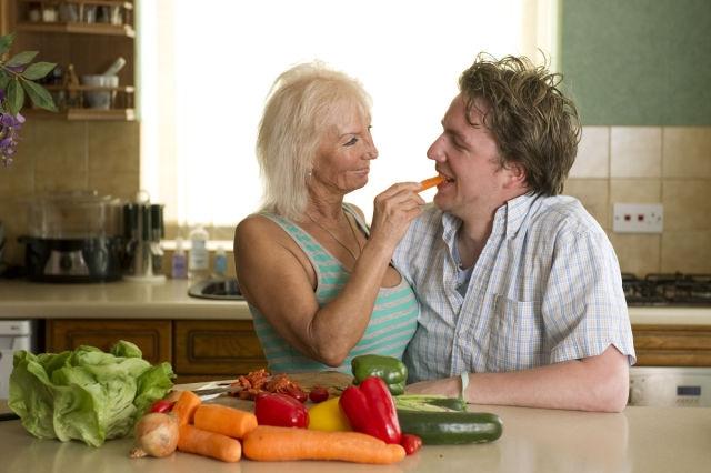 Молодой парень и старая женщина