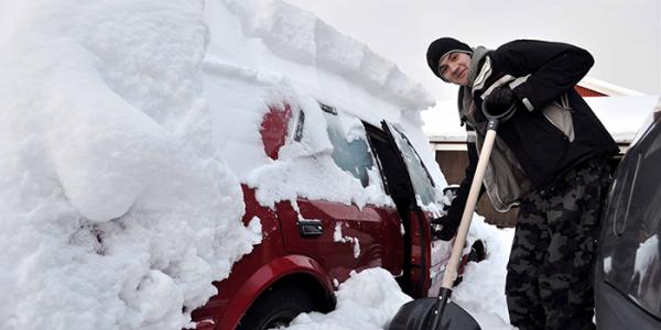 """""""Снежный бизнес"""": горожанам предлагают откопать машины за весомую сумму"""
