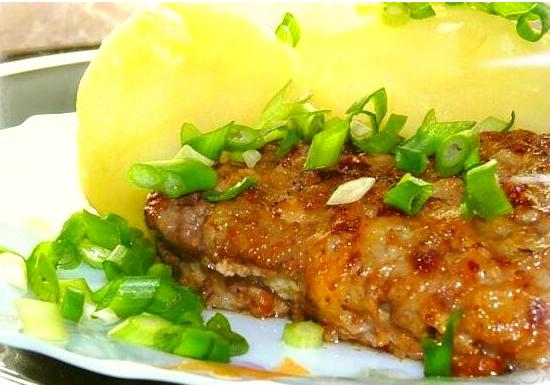 Свиное филе под винным соусом с изюмом: