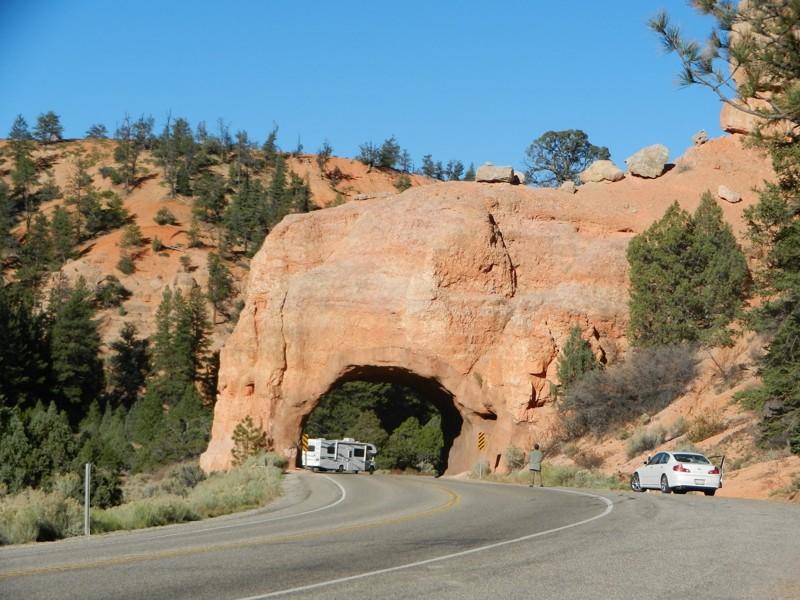 6. Дорога в Брайс-Каньон железная дорога, интересно, непроходимые места, опасные дороги, тоннель, фото