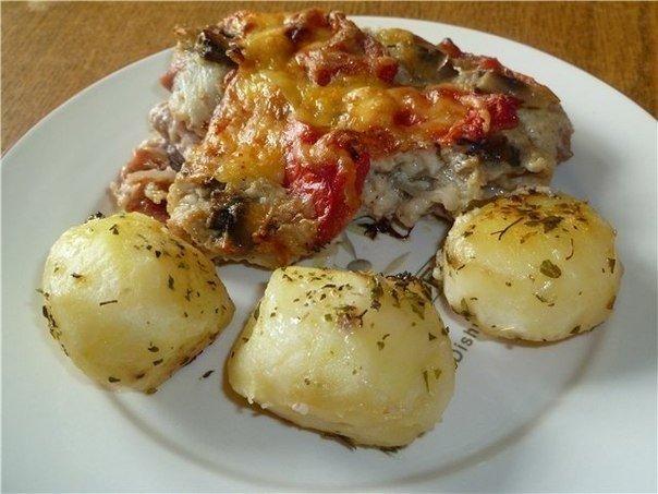 Сытный ужин: Свинина, запеченная с овощами под соусом бешамель