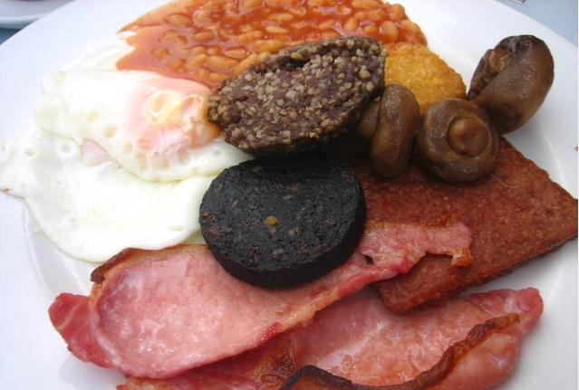 fried egg, back bacon, sausage links, black pudding, buttered toast, baked beans
