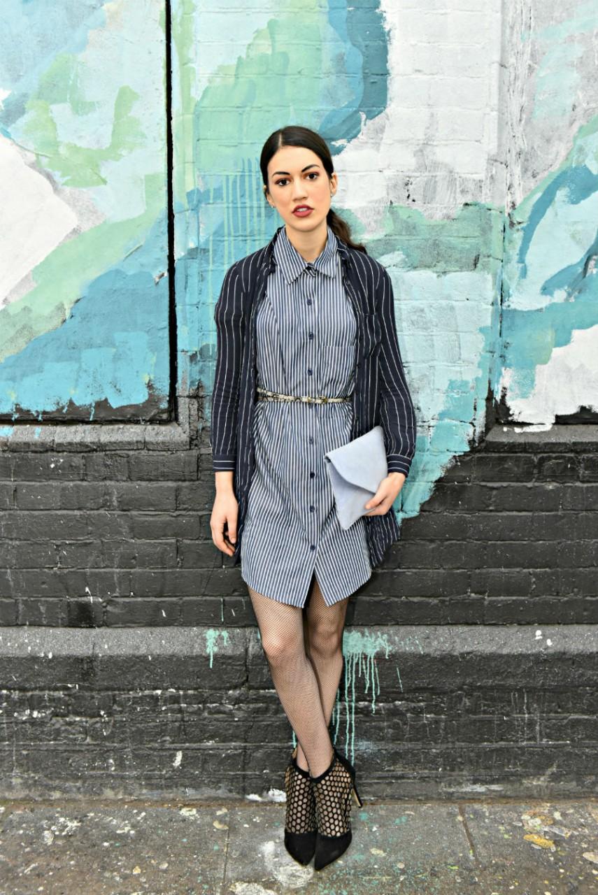 Девушка в платье-рубашке и пиджаке