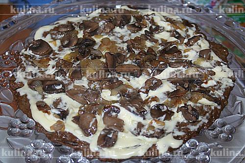 Хорошенько посыпаем грибами с луком и таким образом, собираем весь торт, последним должен быть печеночный корж.