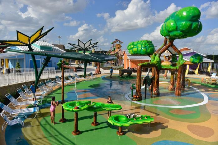 Яркий и красочный аквапарк.