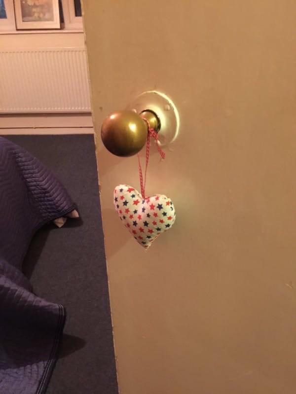 Одинокая старушка никого к себе не пускала, но соседка убедила открыть ей дверь (18 фото)
