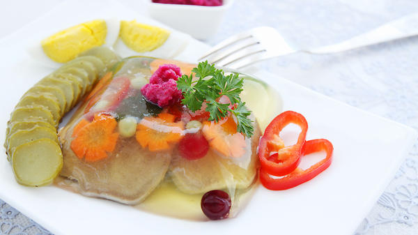 Заливной язык, паштет из печени, салат по-гречески и еще 7 холодных закусок для новогоднего стола