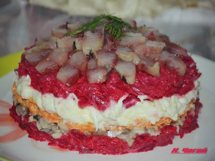 Салат с сельдью и грибами — оригинально и очень вкусно!