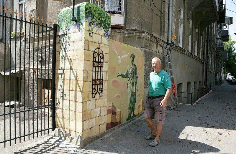 Бери пример: одесский пенсионер превратил свой двор в арт-пространство
