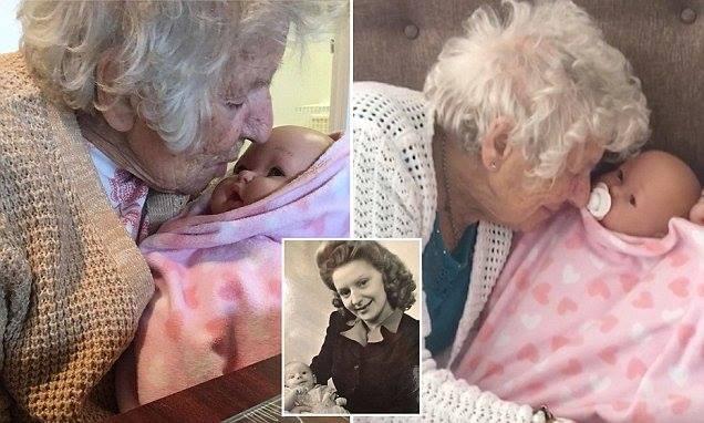 Так сложно быть пожилым: 94-летняя старушка считает пластиковую куклу своей внучкой