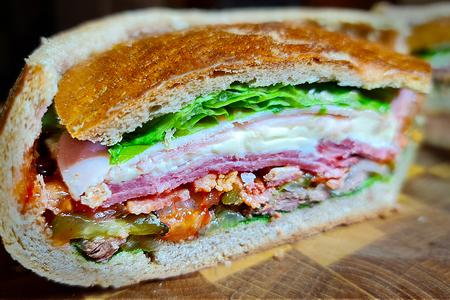 Фото к рецепту: Настоящий мужской бутерброд