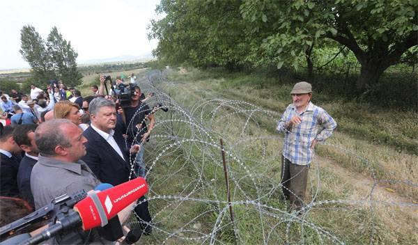 Порошенко в бинокль посмотрел на военную базу России в Южной Осетии