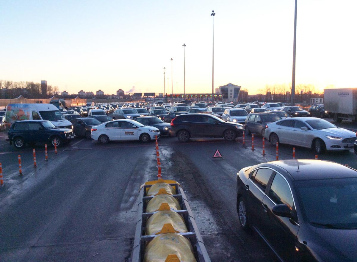 В Петербурге дальнобойщики протаранили и перекрыли въезды на скоростную трассу
