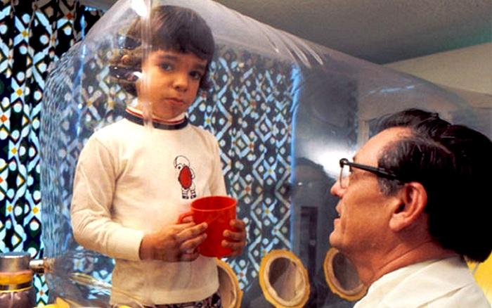«Мальчик в пузыре»: ребенок прожил 12 лет в пластиковом боксе