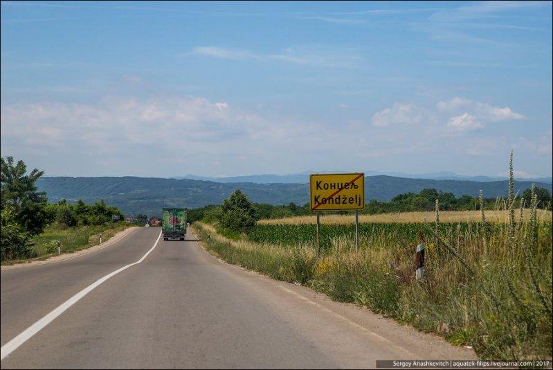 А вот что делает сербские дороги похожими на многие наши и отличает от ухоженных европейских - это частое отсутствие обочины и заросли травы вплотную у дорожного полотна. авто, автопутешествие, движение, дороги, путешествие, сербия, фото, фоторепортаж