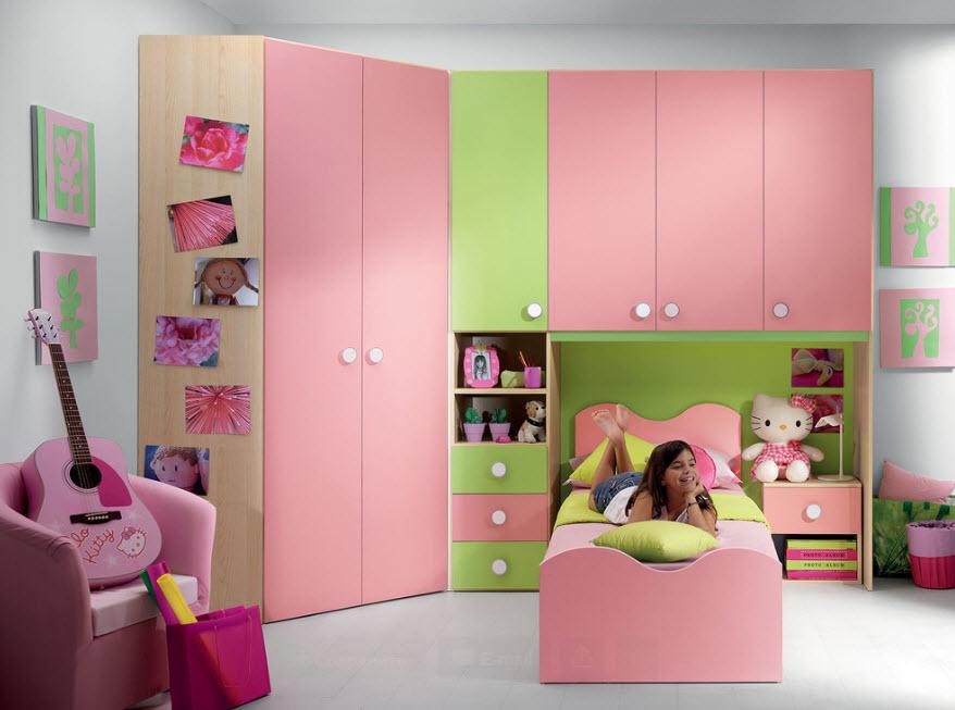 Угловой шкаф в комнате для девочки