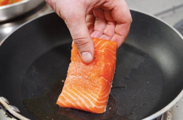 Почему рыба прилипает к сковороде при жарке