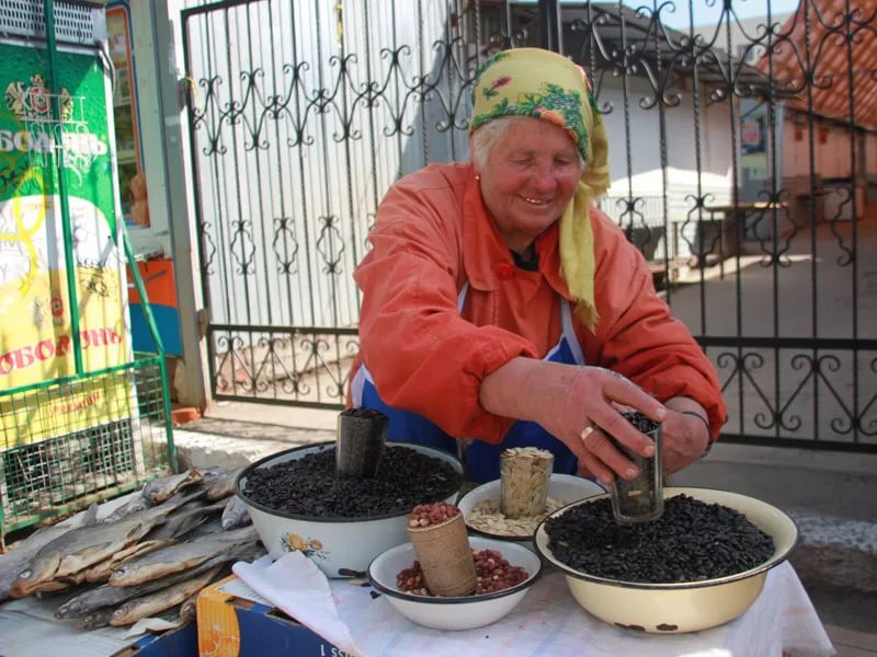 Процесс покупки семечек на улице