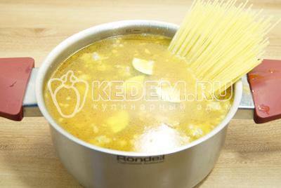 Добавить спагетти и посолить.