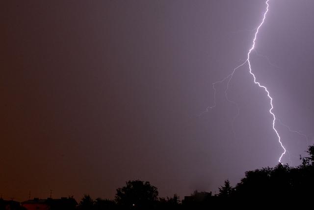 В Китае молния ударила в ведущего прогноза погоды во время прямого эфира