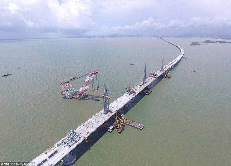На строительство ушло 420000 тонн стали, столько же материала хватило бы на сооружение 60 Эйфелевых башен гонконг, длина, китай, море, мост, путь, рекорд, строительство