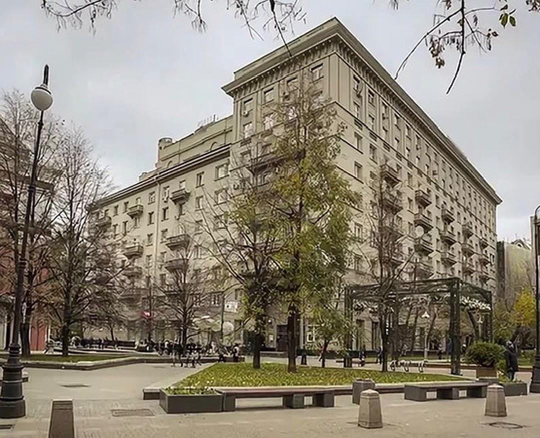 Гонорары от тиражей позволили будущему министру культуры переехать в Дом писателей в Лаврушинском переулке.
