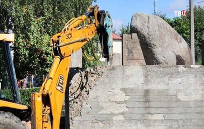 В Латвии националисты снесли памятник советским матросам