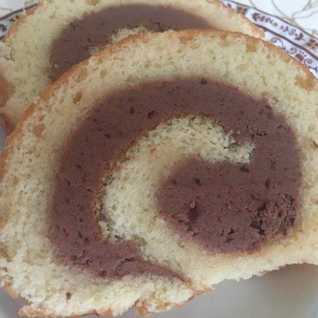 Бисквитный рулет с кремом из сливово-шоколадной нутеллы собственного приготовления.