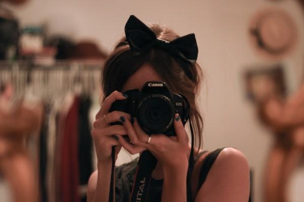 Девушка фотографируется в зеркале