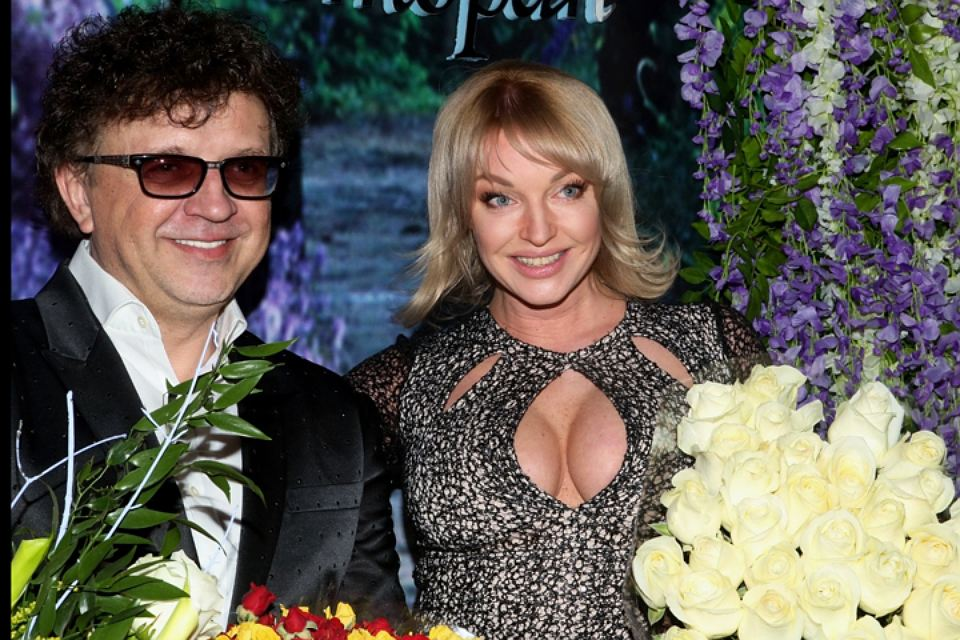 Анастасия Волочкова в «голом» платье поздравила с 50-летием певца Рому Жукова