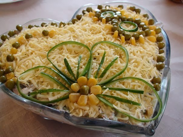 Очень вкусный салатик с курицей грибами и сыром.