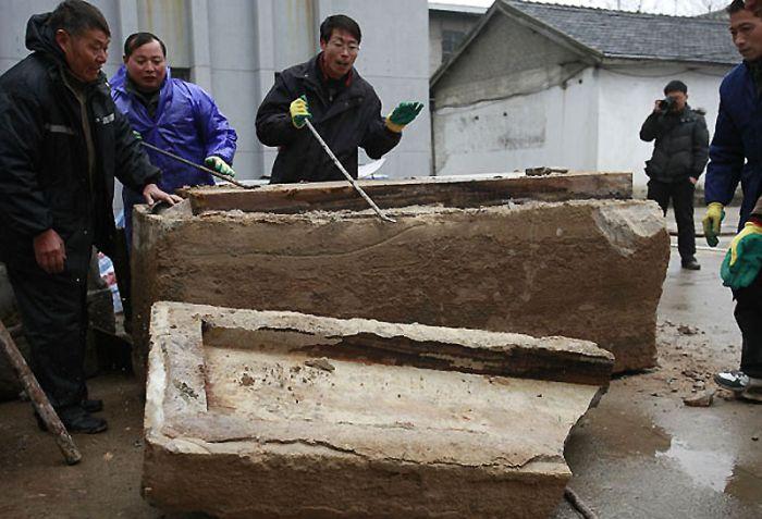 Китайские рабочие нашли под …
