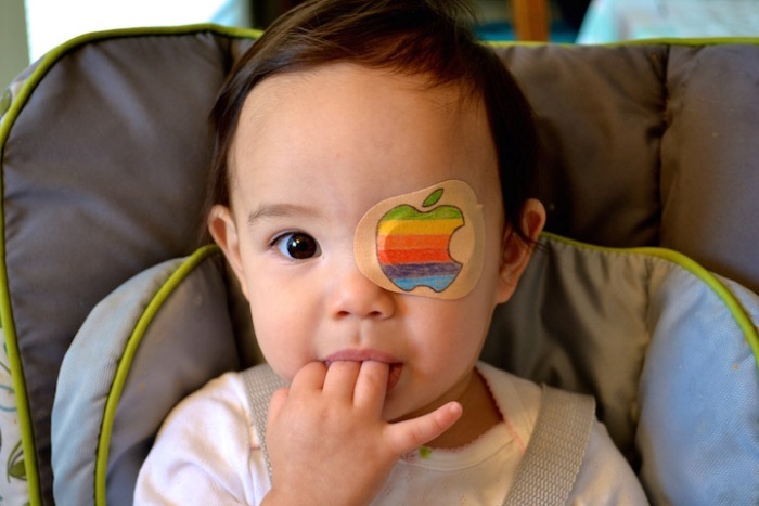 Каждый день новый рисунок: любящий папа раскрашивает глазные пластыри для дочери