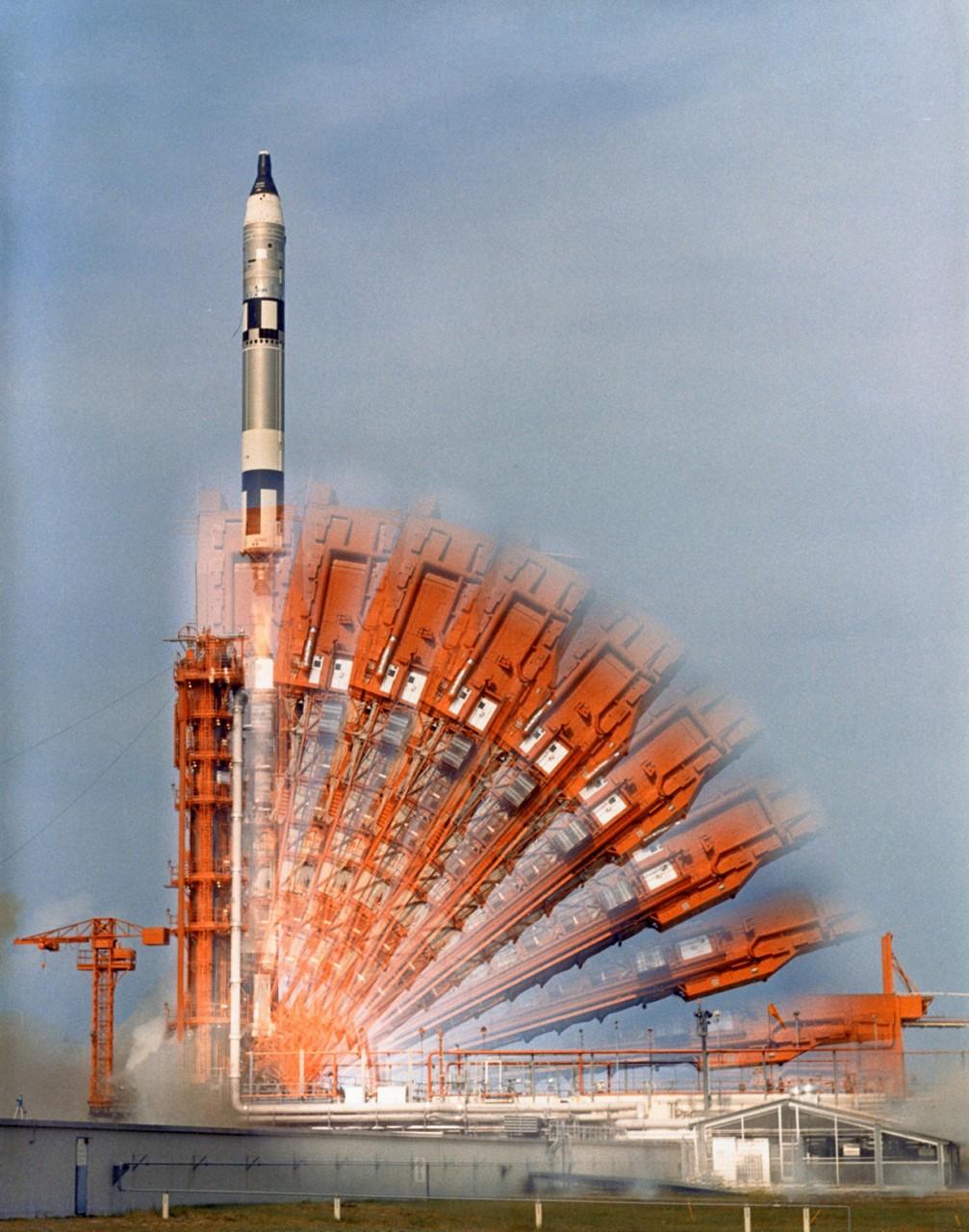 18 июля 1966 года. Замедленная съёмка запуска американского пилотируемого космического корабля «Джемини-10». На борту находился экипаж из двух астронавтов — командира Джона Янга и пилота Майкла Коллинза. За 2 дня 22 часа 46 минут корабль совершил ряд экспериментов, включая стыковку с мишенью «Аджена-X», сближение с «Адженой-8», а также отработку послестыковочных манёвров. (NASA on The Commons)