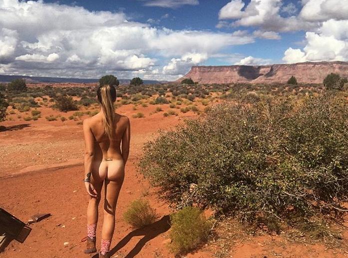 """""""Абсолютно голая"""": красотка путешествует без одежды ради ревности бывших"""