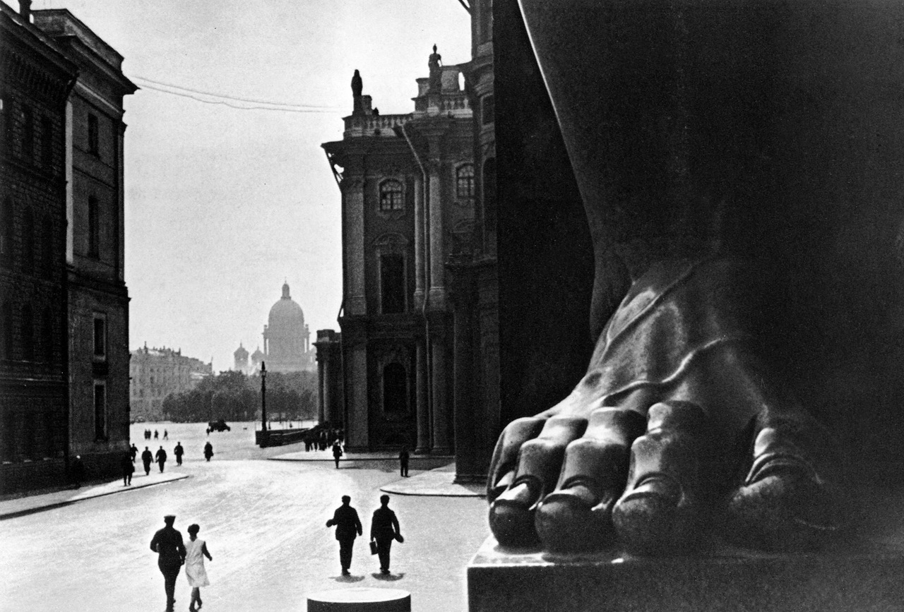 1930. У Эрмитажа. Ленинград.