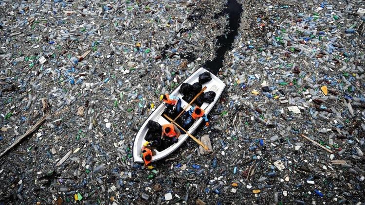 Пока экологи тщетно бились над проблемой очистки океана, этот парень сделал всё за них!