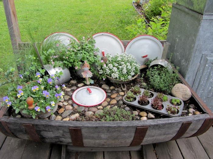 Поделки из старых вещей фото для сада