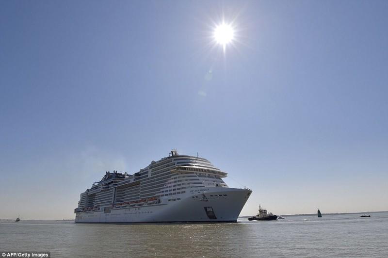 Церемония запуска гигантского круизного судна Maraviglia