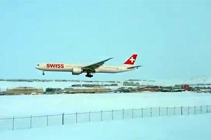 Аварийная посадка самолета на одном двигателе попала на видео