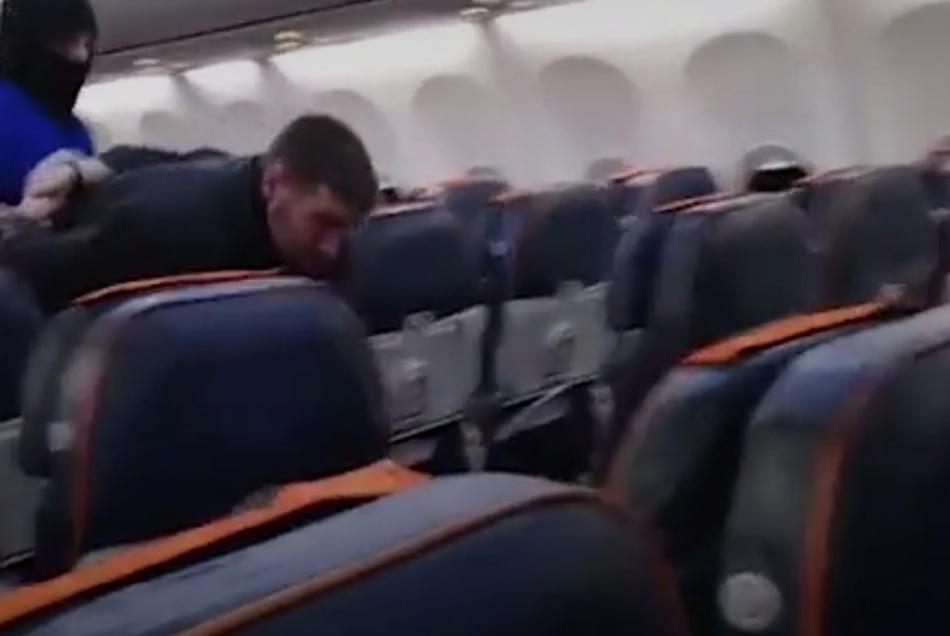 Резко развязал: Угонщика самолета пришлось будить