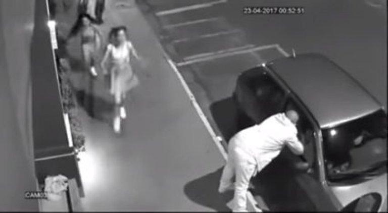 Спас девушек от нападения собак: видео с камеры наблюдения